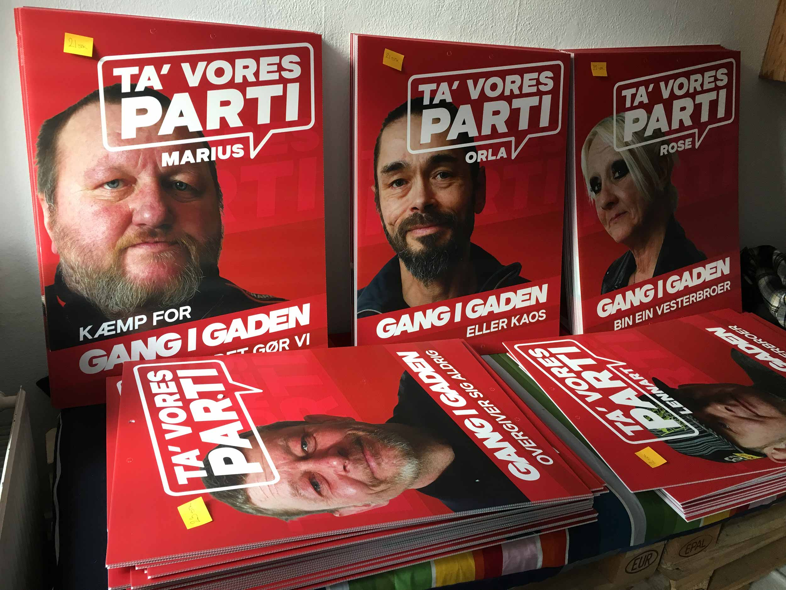 Gang i gaden posters in a room, ready to be hanged